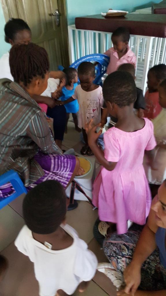 Nysgjerrige barn venter på å bli vaksinert.