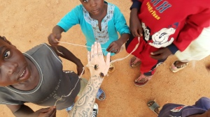 Barna fester tråder på føttene til disse biene, så flyr de rundt som drager.