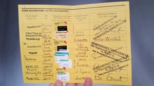 Noen samler på stempel i passboka, andre samler stempel i vaksineboka.